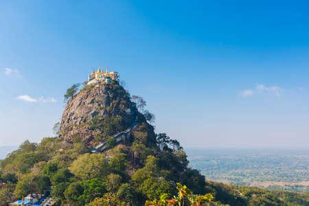 Beroemde boeddhistische tempel op de top van Taung Kalat vulkaan in de buurt van Mt. Popa. Er moeten 777 trappen op blote voeten worden beklommen, samen met apen om de top te bereiken, einde van de bedevaart. Myanmar Stockfoto