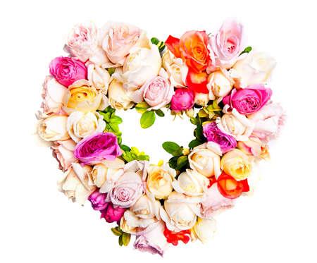 Bella corona ornamentale a forma di cuore di rose multicolori isolato su bianco