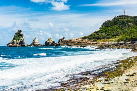 바위와 쁘 엥 또 데 샤토, 프랑스 동부 포인트 Guadeloupein 카리브해의 언덕 스톡 콘텐츠