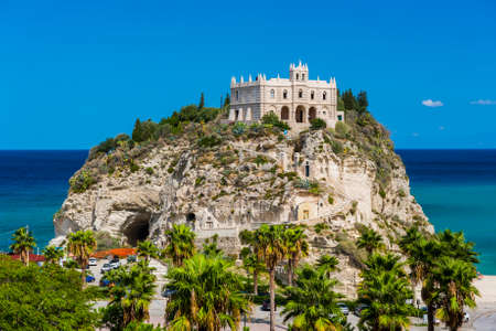 Church of Santa Maria dell'Isola located on the cliff near the town of Tropea, Italy 免版税图像