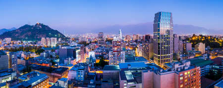 Santiago de Chile dwontown after sunset in a wide panoramic composition, Chile 免版税图像