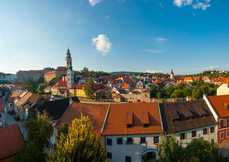 Panoramablick auf die schöne tschechische Stadt Cesky Krumlov in der Abenddämmerung Standard-Bild