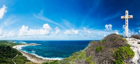 Croix, rochers et vue en mer à la Pointe des Châteaux, le point le plus oriental de l'île française de Guadeloupe dans les Caraïbes. Panorama Banque d'images