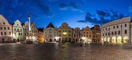 Panoramic photo of completly empty town square Svornosti (Namesti svornosti) in Cesky Krumlov early in the evening. This place is usually full of tourists from all around the world but covid-19 quarantine emptied this town totally. Czech Republic 免版税图像