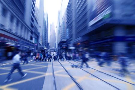 folla: correre per strada in motion blur