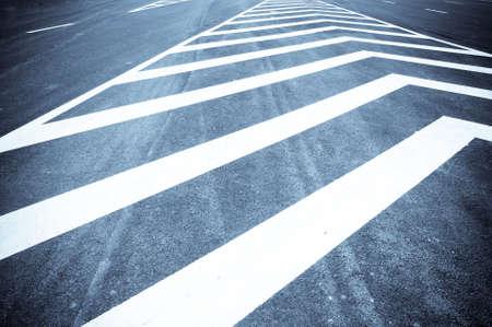 paso de peatones: Peatones por carretera Foto de archivo