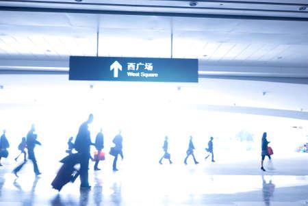 gente aeropuerto: la gente de desenfoque en la estaci�n