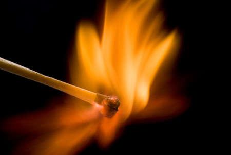 Burning partido sobre fondo negro