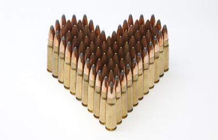 Munitions isol�e sur fond blanc en forme de c?ur Banque d'images