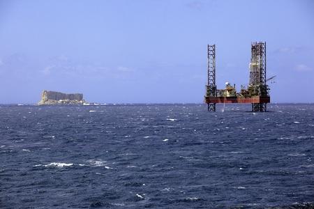 Plate-forme de prospection offshore � c�t� une petite �le en mer M�diterran�e