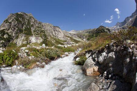 Stream dans les montagnes suisses pendant l'�t� � proximit� de Gelmer