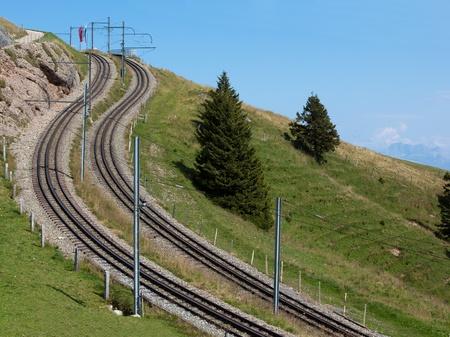 Deux chemins de fer incurv�s et abruptes dans les Alpes suisses Banque d'images