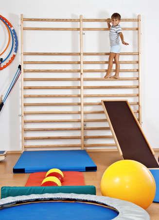 terapia grupal: Un ni�o en el gimnasio