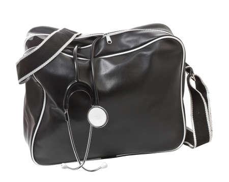 Arzttasche mit Stethoskop. Isolieren auf weißem Hintergrund.