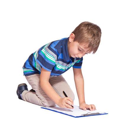 Boy schreibt in seinem Tagebuch über weißem Hintergrund Standard-Bild