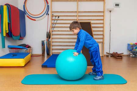 terapia grupal: Ni�o es ejercicios terap�uticos en el gimnasio Foto de archivo