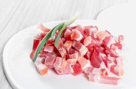 pancetta cubetti: Pancetta a fette su un tagliere