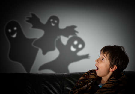 The boy is afraid of ghosts at night Banque d'images