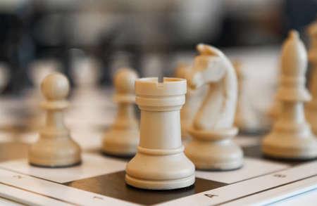 ボード上のチェスの駒をクローズ アップ