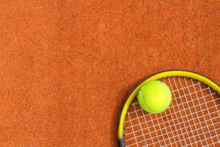 raqueta de tenis: El deporte de fondo con una raqueta de tenis y pelota. Imagen horizontal. Foto de archivo