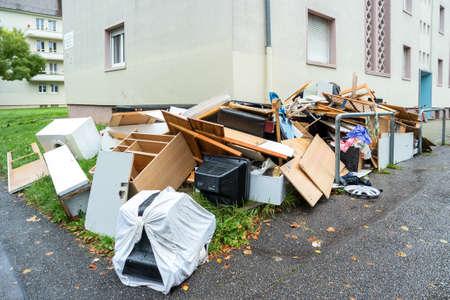 reciclar basura: Pila grande de muebles rotos de edad Foto de archivo