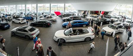 Baden-Baden, Germania - 10 ottobre 2015: I nuovi modelli del marchio Audi in sala d'esposizione di un rivenditore a Baden-Baden, Germania Editoriali