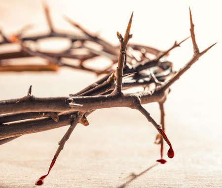 Couronne d'épines avec des gouttes de sang. concept chrétien de la souffrance.