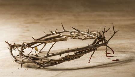 perdonar: Corona de espinas con sangre goteando. concepto cristiano del sufrimiento. Foto de archivo