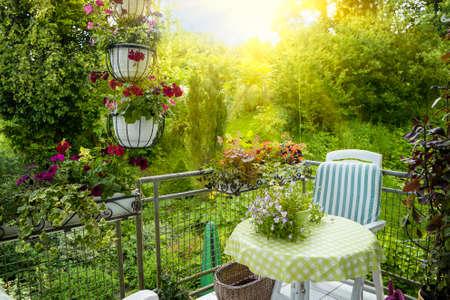 Letni taras lub balkon z mały stolik, krzesło i kwiaty