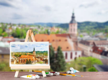 Easel met een waterverfschildering met uitzicht op Baden-Baden. Abstracte afbeelding met plaats voor tekst.