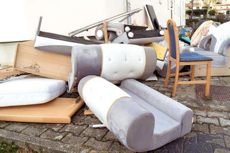 big pile de vieux mobilier cassés