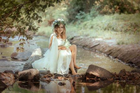 Porträt eines Mädchens im Bild einer Waldnymphe Standard-Bild