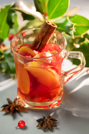 Hot punch with apples and anise Imagens