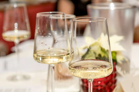 Glasses of white wine on the table Imagens