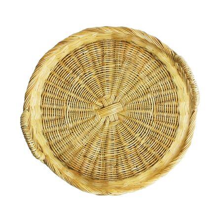 Lege rieten mand die op wit wordt geïsoleerd