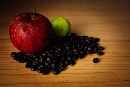 Red Apple, de chaux et de grains de café sur un bois avec éclairage dramatique, mise au point sélective, le ton Vintage. Banque d'images - 44207108