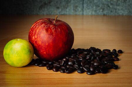 Red Apple, de chaux et de grains de café sur un bois avec éclairage dramatique, mise au point sélective, le ton Vintage. Banque d'images - 44207111
