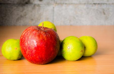 Red Apple et chaux sur une table en bois avec éclairage dramatique, mise au point sélective. Banque d'images - 44275480