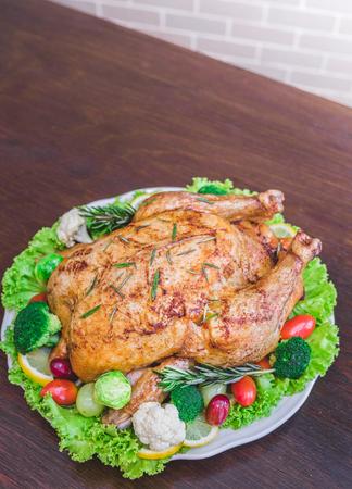 Rôti farce de dinde garnie de légumes servi avec une sauce de la sauce sur une table de style rustique. Dîner de Noêl Banque d'images - 66218674