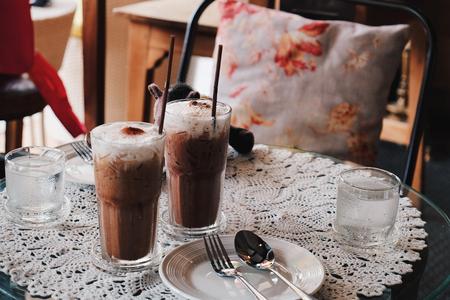 Verre de café moka glacé froid dans le café, ton Vintage Banque d'images - 66938342