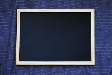 Blank blackboard on dark blue linen fabric from above, Template mock up for adding your design and adding more text. Banque d'images - 123544718