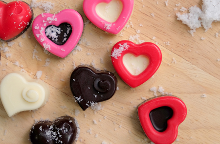 Colorful milk chocolates heart on wooden plate and snow, Valentine's day concept. Banque d'images - 123545279