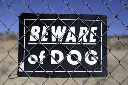 ワイヤー フェンスに犬のサインに注意します。 写真素材