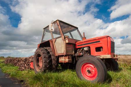 turba: Alimentador que recoge turbera de combustible en Irlanda Foto de archivo