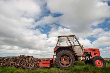turba: Antiguo tractor recogiendo turbera