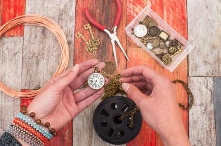 fondo legno: creazione di gioielli artigianali sullo sfondo di legno