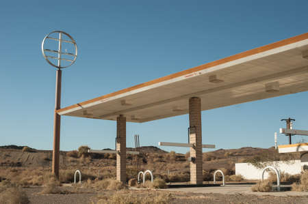 abandoned gas station in the Mojave desert Zdjęcie Seryjne