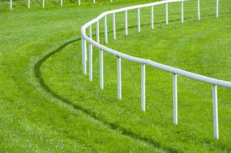 caballo: close up curva barandilla de un hip�dromo