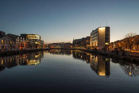 Cork city river reflection at dusk 版權商用圖片