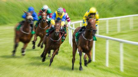 Race paarden en jockeys bewegingsonscherpte zoomeffect